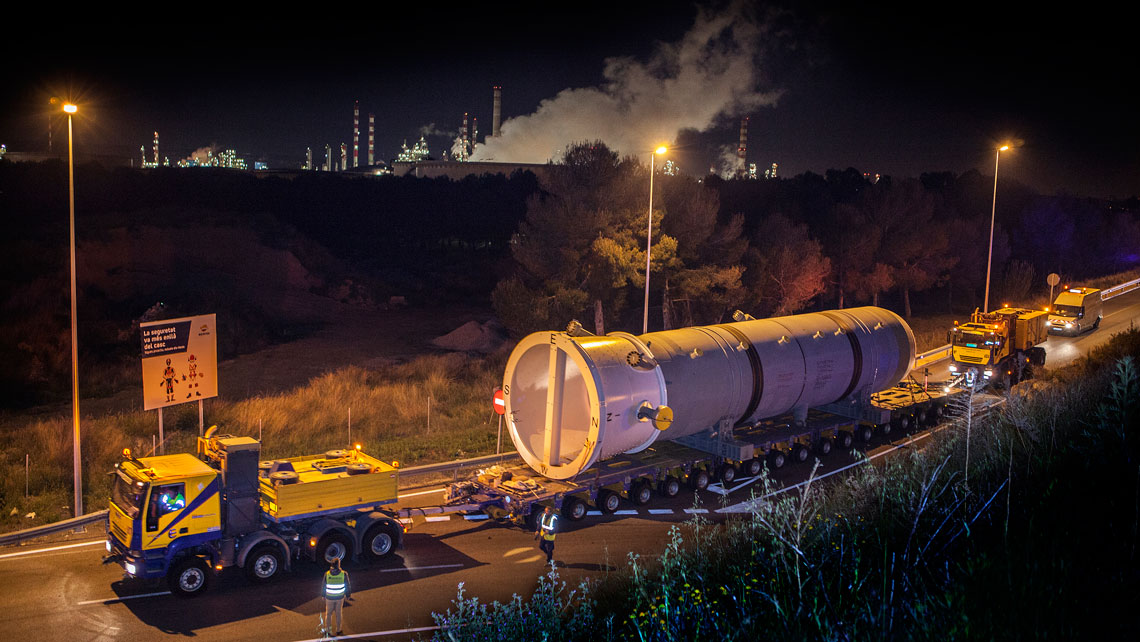 EUROGRUAS carries out the special transport of two heavy reactors from the Port to Repsol´s Refinery  of Tarragona